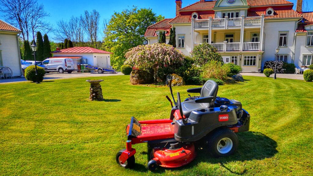 gräsklippning med åkgräsklippare, trimmer och kantskärare. Allmän grönyteskötsel.