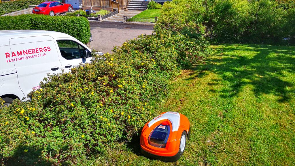 Vi både säljer installerar och servar robotgräsklippare från Husqvarna och Stihl